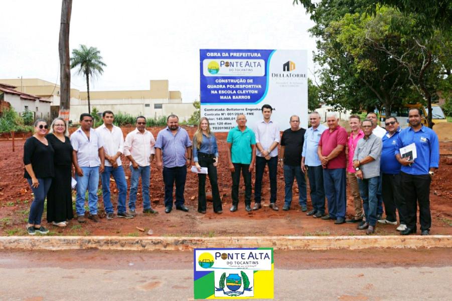 Prefeito Kleber do Sacolão acompanhado de vereadores e equipe municipal realizou a autorização da construção de quadra poliesportiva