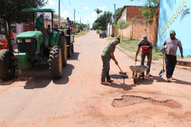 Tapa-buracos é realizado nas ruas e avenidas