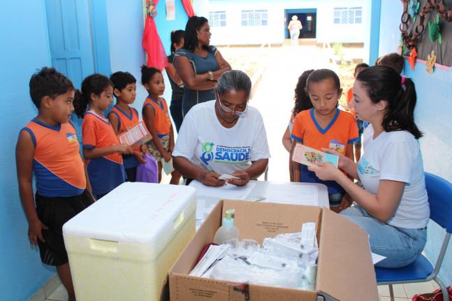 Equipe de Saúde com alunos em vacinação
